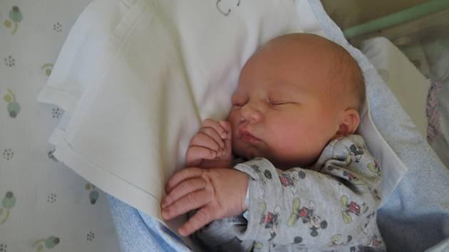 Jonáš Lhoták přišel na svět 6. listopadu 2017 s váhou 3820 gramů a výškou 52 centimetry. Doma  v Kolíně se na něj těšila maminka Pavlína, tatínek Pavel a dvouletá Anežka.