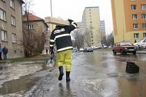 Ulici Na Magistrále zaplavila voda z prasklého vodovodu