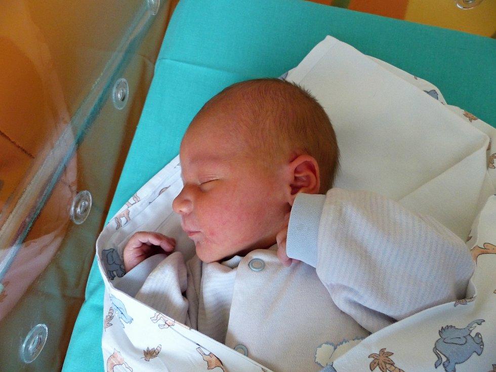 Matěj Brabenec se narodil 17.12.2018, vážil 3780 g a měřil 50 cm. V Pečkách se na něj těší sestřička Adélka (4) a rodiče Zuzana a Tomáš.