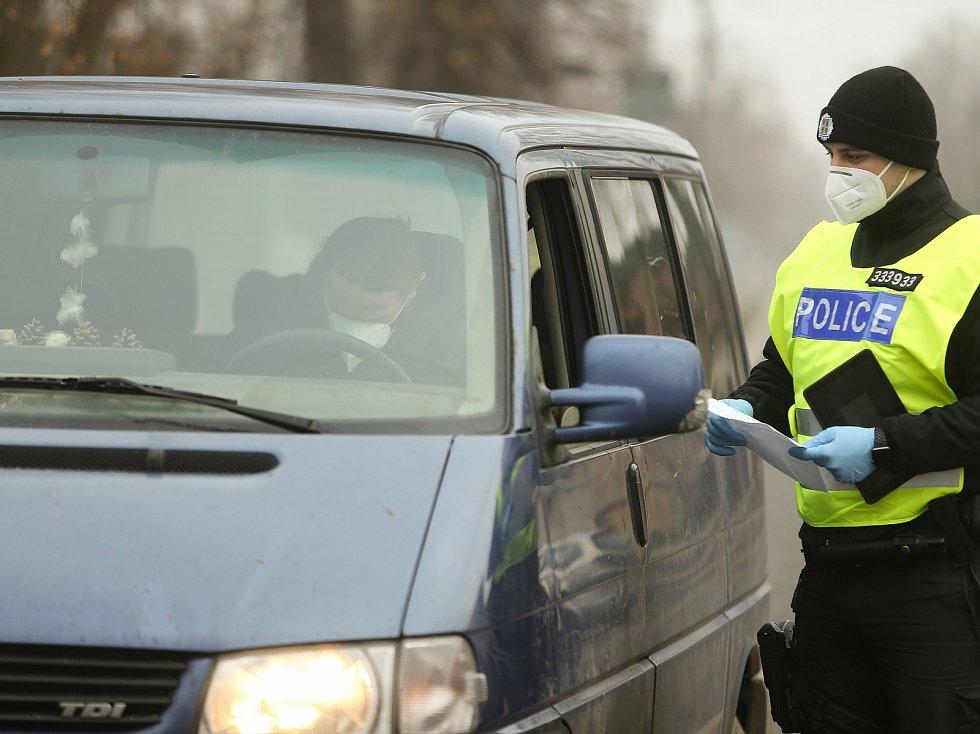 Kontrolní stanoviště policie v obci Vrbová Lhota na pomezí okresů Nymburk a Kolín.