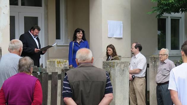 Odhalování pamětní desky zavražděným Židům z Horních Krut