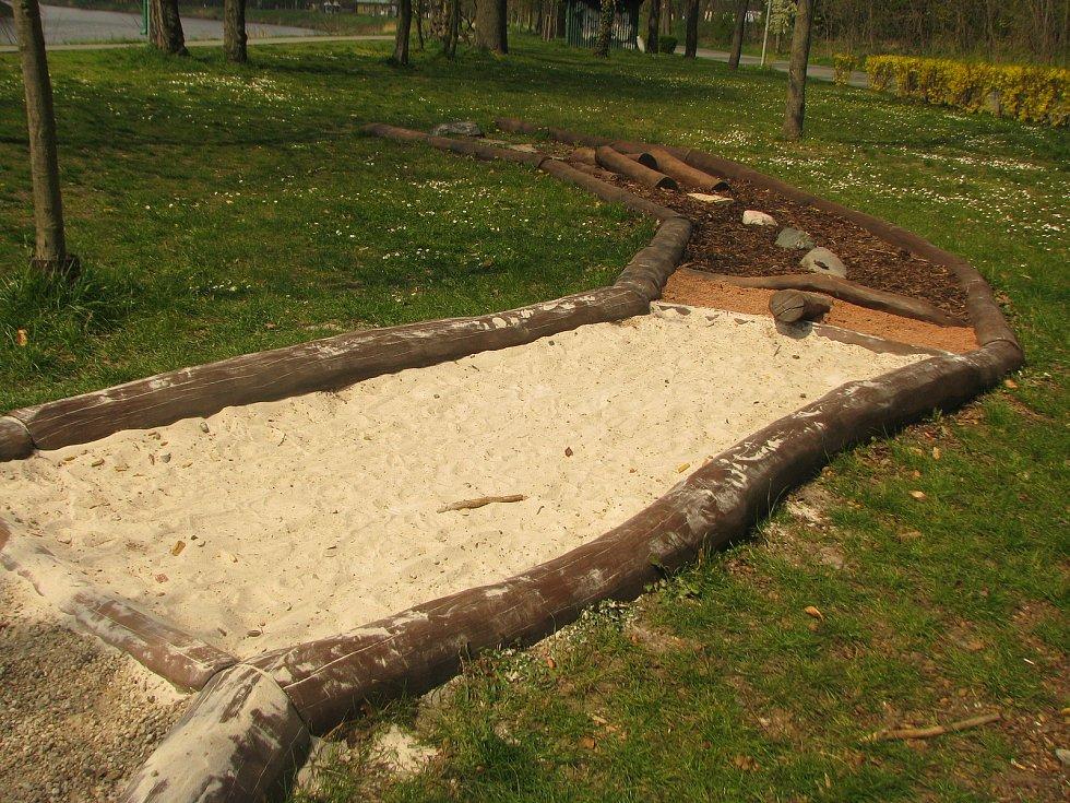 Bosá stezka v Kolíně je v příjemném místě vedle hřiště pro venkovní cvičení a stezky pro pěší a cyklisty podél břehu Labe.