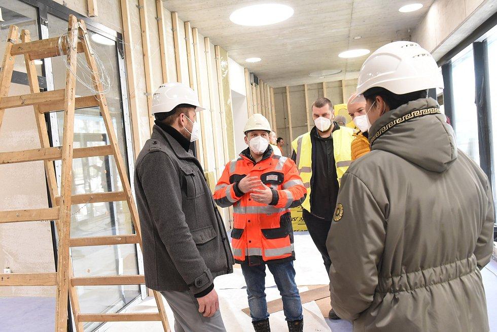 Z kontrolního dne na stavbě nové sportovní haly v kolínských Borkách.
