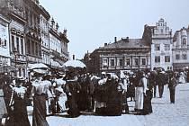Při nedělním korzu se vydávali místní občané do kolínských ulic na společné procházky. Součástí bylo i příjemné posezení v kavárnách či poslech hudby od Františka Kmocha.