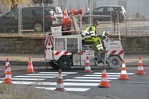 Slavnostní otevírání zrekonstruovaného povrchu komunikace v Polepské ulici, kde kraj nechal položit tzv. tichý asfalt za 3,5 milionu korun