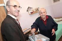 Fotografie z voleb v kolínském domově důchodců