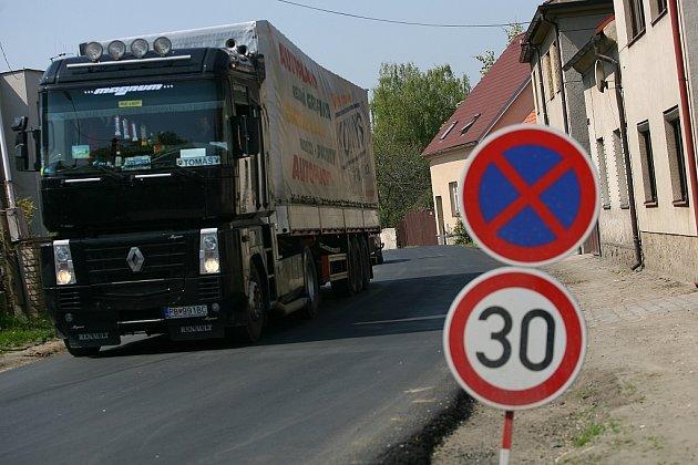Objížďka ulicí Sladkovského v Zásmukách.