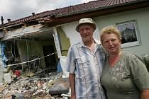 Milan Theimer a Růžena Staňková u svého domu, který jim ve čtvrtek zdemoloval kamion
