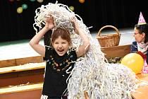 Děti slavily Silvestr vzávějích papírového sněhu už v poledne