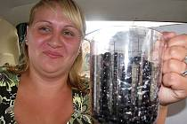 Hana Kratochvílová a Petra Šimková (na snímku) přesypaly zakoupené borůvky do odměrky, kterou pořídily chvíli po koupi borůvek hned v obchodě za rohem.