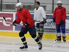 Patrik Beck (v popředí v červeném) na tréninku s kolínskou juniorkou.