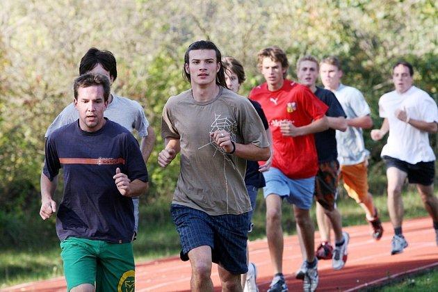Ze středoškolských atletických závodů.