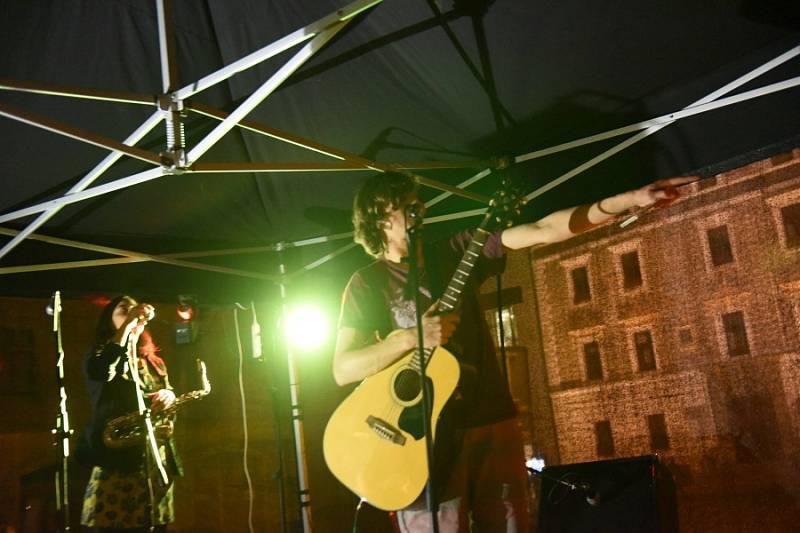 Už ve čtvrtek se na kolínském Karlově náměstí objevily obří bannery sfotografiemi světových rockových hvězd a textem mapujícím začátky různých hudebních žánrů. Vsobotu pak výstavu doplnil další program.