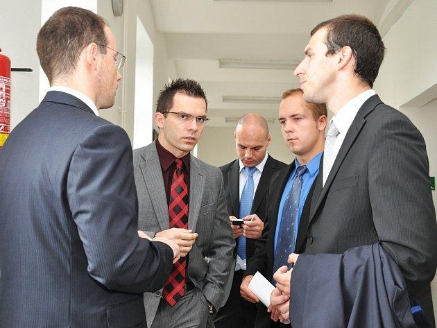 Za žhářského útoku na byt obývaný romskou rodinou v Býchorech na Kolínsku se před senátem Krajského soudu v Praze ocitla čtveřice mužů ve věku od 22 do 26 let.