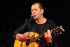 Z koncertu litvínovského písničkáře říkajícího si Xavier Baumaxa v Městském společenském domě Kolín