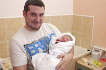 Dominik Zach se narodil 24.listopadu 2013. Měřil 53 centimetry a vážil 3 960 gramů. Tatínek Lukáš a maminka Ivana si svého prvorozeného odvezli do Štítar.