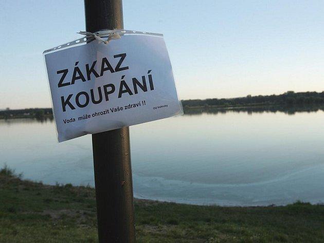 Voda může ohrozit vaše zdraví, varují cedule podél písníku na Hradišťku
