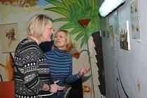 Matka s dcerou vystavují obrázky v dětském centru