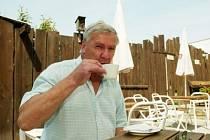 Ladislav Pokorný (56) vystudoval střední průmyslovou školu dopravní.  Po ukončení studia 14 let jezdil jako strojvedoucí a od roku 1991 se věnuje podnikání v restauratérství. Provozuje v Českém Brodě hospodu U Hrabětů. Je rozvedený, má 1 syna.