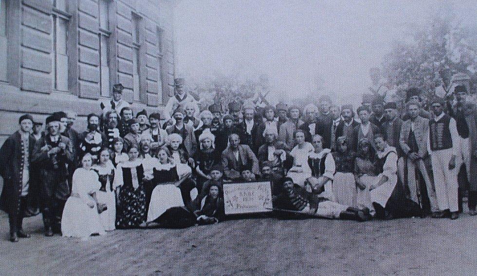 Fotografie zachycuje tehdejší velmi početný spolek divadelních ochotníků z Peček.