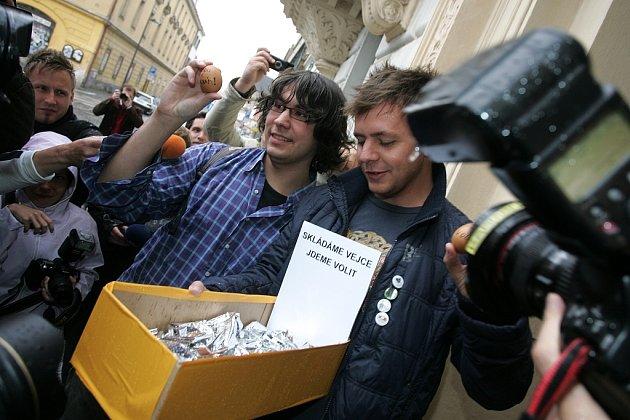 Symbolické pokládání vajíček před kolínskou radnicí. 29.5. 2009