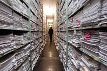 Papíry a zase papíry. Takové archivy, hlavně ty obchodní v podnicích, mají na kahánku, nahradí je počítač.
