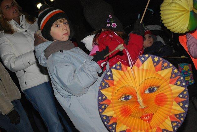 Na tři stovky dětí a dospělých prošly Českým Brodem v lampiónovém průvodu.