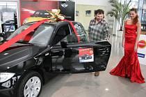 Petr Ševčík z Kolína přebral ve Zlíně klíčky od luxusního vozu BMW. Stal se výhercem soutěže společnosti Synot Tip.