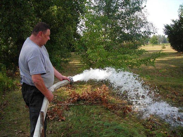 Ve Veltrubech čekali na vydatný déšť už dlouho. Kvůli suchu museli čerpat vodu z písníku, aby zvedla hladinu spodních vod. Teď snad budou moci čerpadla odstavit