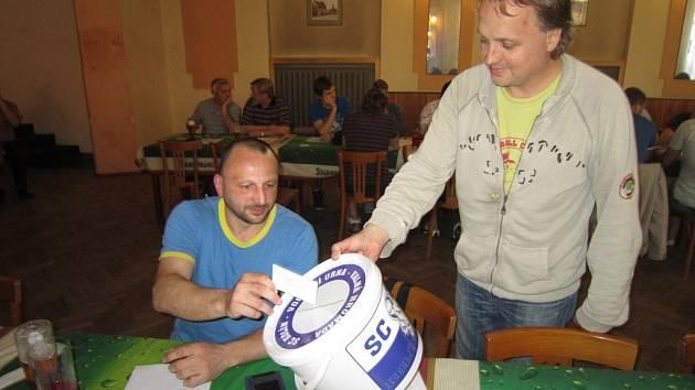 Jiří Kadlec (vlevo) na valné hromadě SC Kolín vkládá do volební urny volební lístek. Vybírá člen volební komise Jakub Plašil.