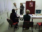 V Polepech přišlo jen za první hodinu a půl více než osm desítek voličů.