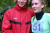 Kolínský atlet Zdeněk Hejduk, krajský přeborník v přespolním běhu, si v cíli podal ruku s Janou Šusterovou, která vyhrála mezi dívkami.