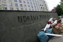 Kontejnerové stání v Kremličkově ulici.