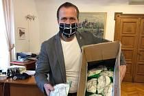 Starosta Kolína Michael Kašpar s ochrannými rouškami.