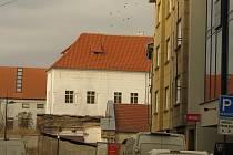 Místo provizorní plachty má část Žerotínského paláce v Kolíně už novou střechu.
