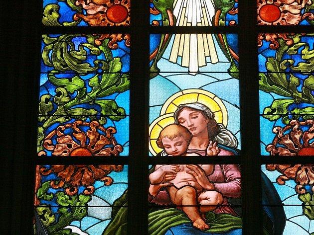 Odborná firma z Brna provádí v chrámu sv. Bartoloměje restaurování vitráží. Nyní na jaře začala už třetí sezonu prací.