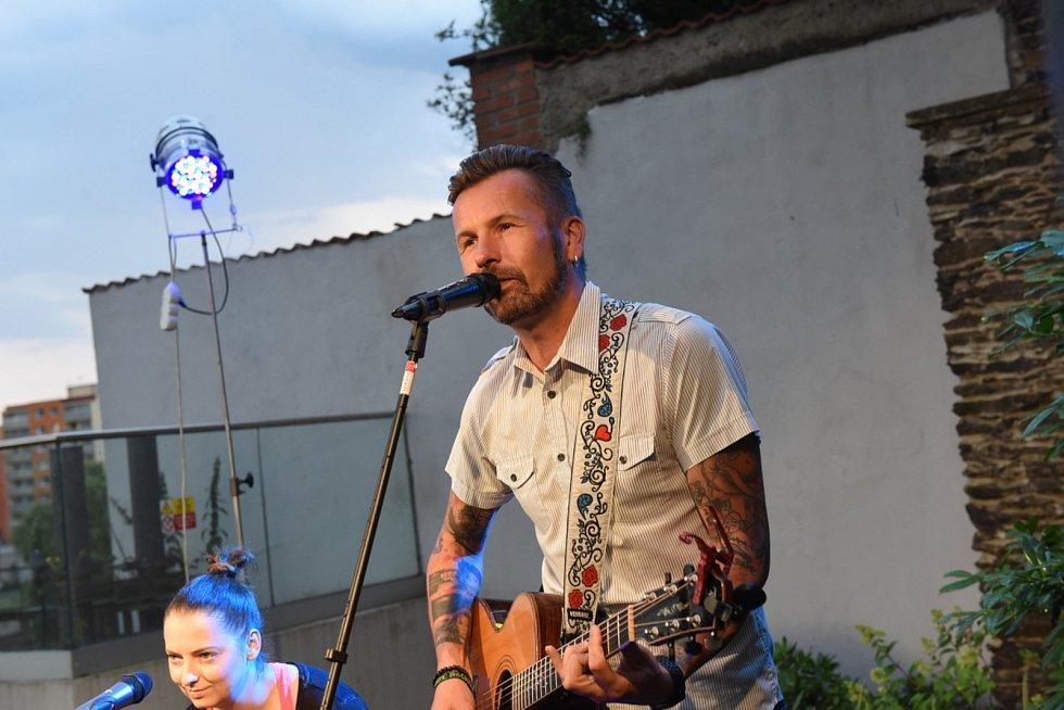 Hudební projekt Na pivo s Láskou v průchodu kolínského společenského domu.