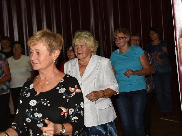 Aktivní seniorky si vyzkoušely první taneční kroky.