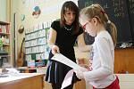 Rozdílení vysvědčení na 2. základní škole v Kolíně.
