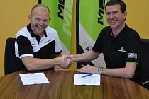 Manažer kolínské stáje Jan Slavíček (vlevo) má důvod k úsměvu. Právě podepsal smlouvu s ředitelem Meridy Bobem Koštanským na další dva roky.
