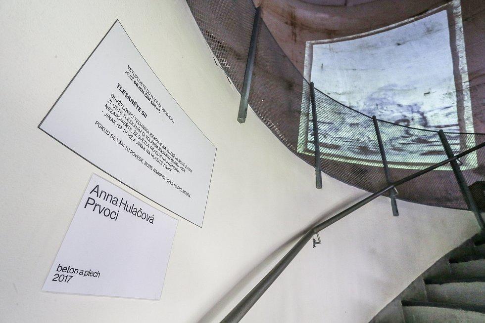 Prvoci sochařky Anny Hulačové v tubusu kolínské vodárny.
