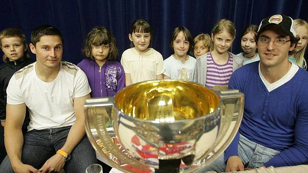 Kolínští hokejoví odchovanci Tomáš Mojžíš a Petr Čáslava přijeli do rodného měst ukázat zlaté medaile z MS 2010 a též pohár pro vítěze.