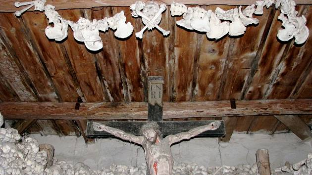 Kostnice v Žehuni před rekonstrukcí.