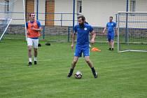 Josef Holub (s míčem), trenér Kouřimi