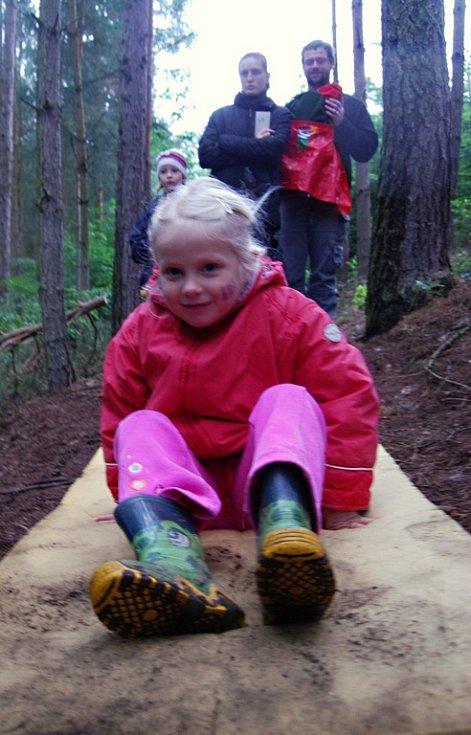 Děti lesem doprovodily postavy z pohádek.