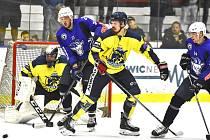 Hokejisté Kolína (v modrém) nestačili ve šlágru kola na KoBru a doma prohráli 4:6.