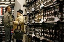 Vánoční nákupy nebývají nejlevnější. Odměn se však v prosincové výplatě dočkají jen někteří zaměstnanci firem v regionu.