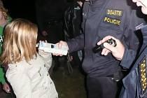 Kolínští policisté při kontrole nočních podniků.