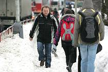 V Jaselské ulici v Kolíně se chodci brodí ve sněhu