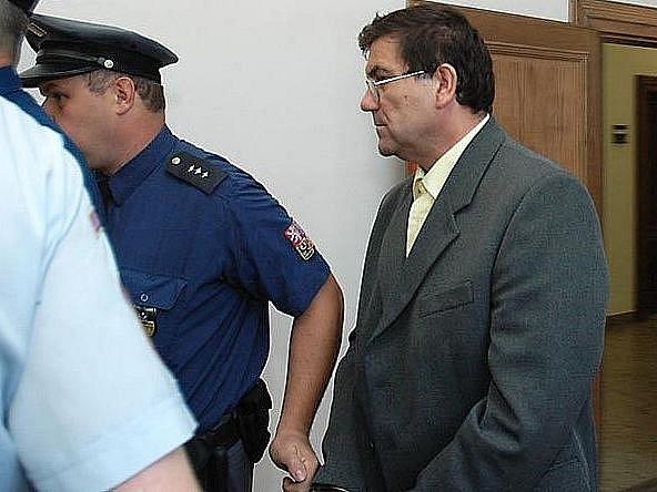 Oldřich Petránek si jde vyslechnout trest za vraždu. Nyní už opět bydlí doma.